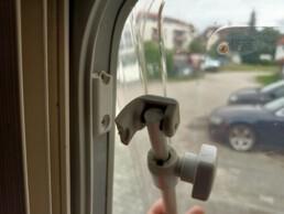 gebrochener Fensterhalter